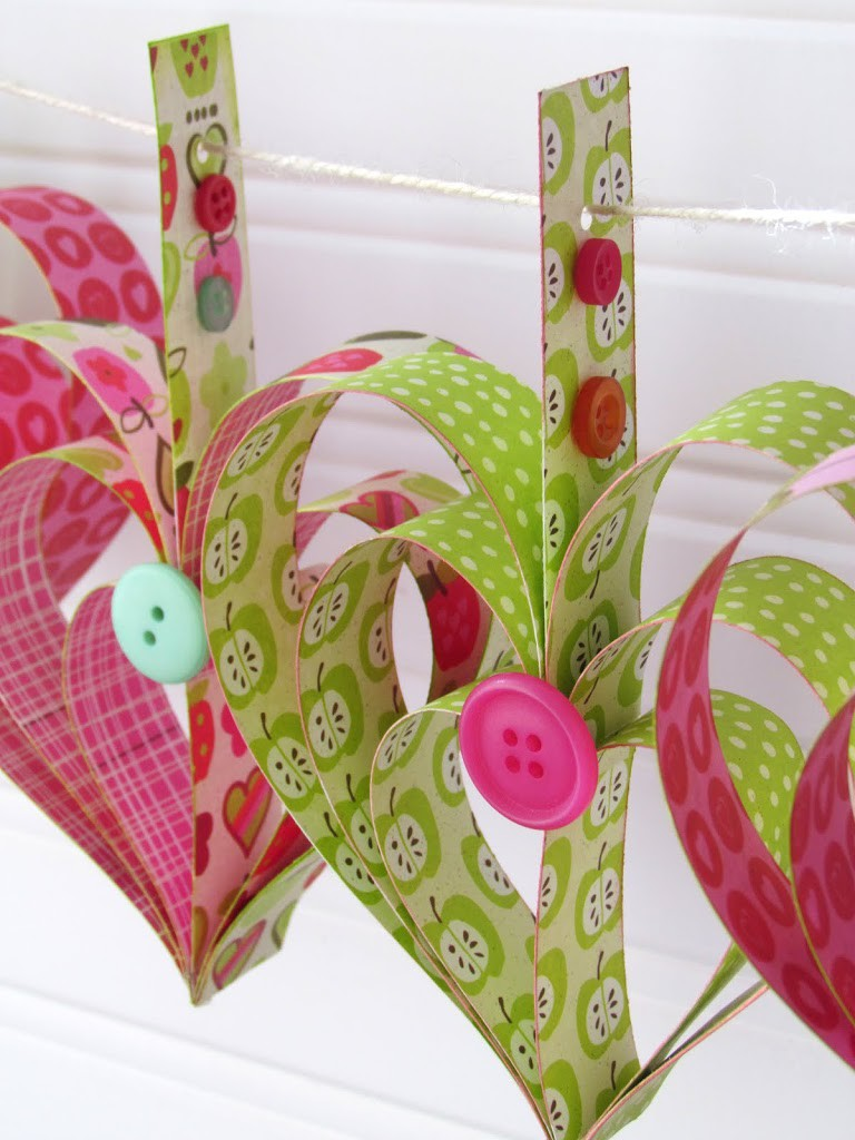 Tutorial on how to make a Heart Garland out of strips of Scrapbooking paper.