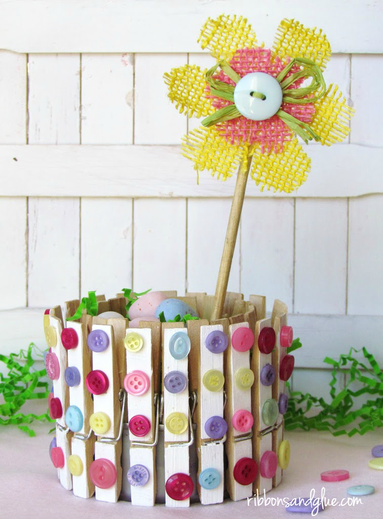 DIY Clothespins and Buttons Holder made out of a tuna fish can. Such an easy upcycling craft to make for any occasion!