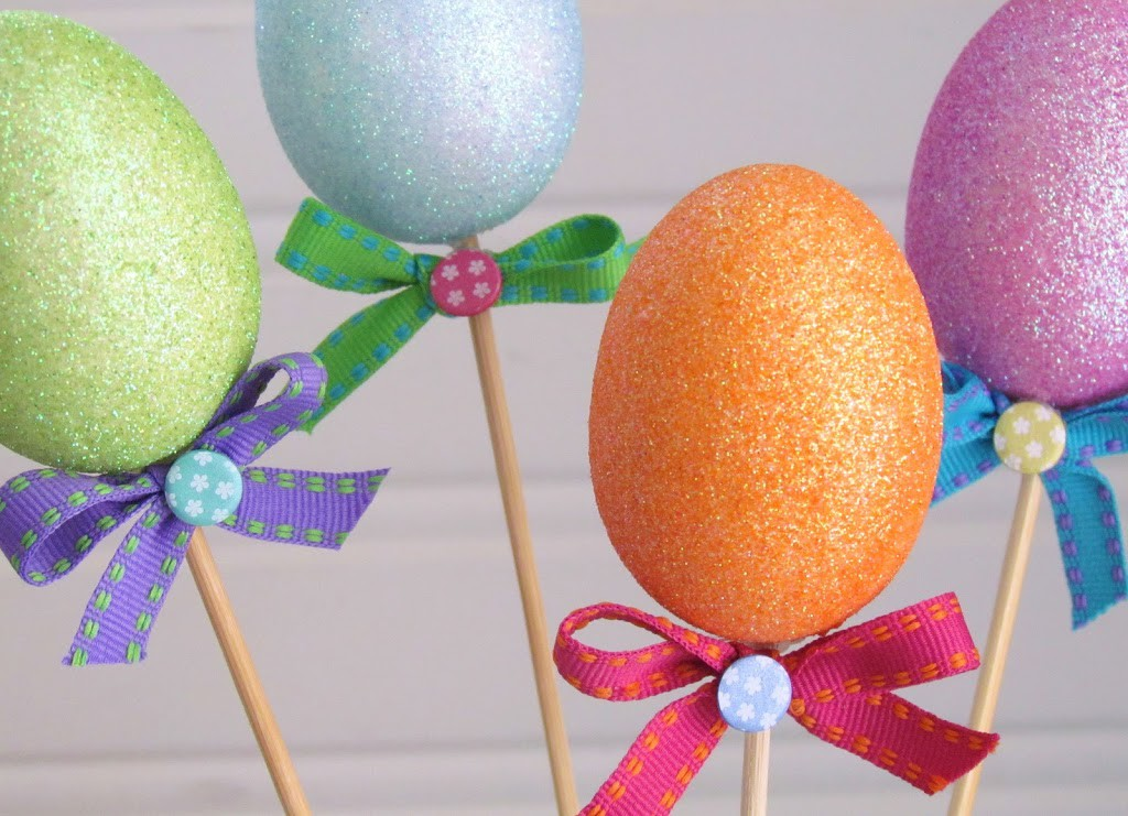 Simple and Inexpensive Easter Egg Centerpiece made from Dollar Store Items