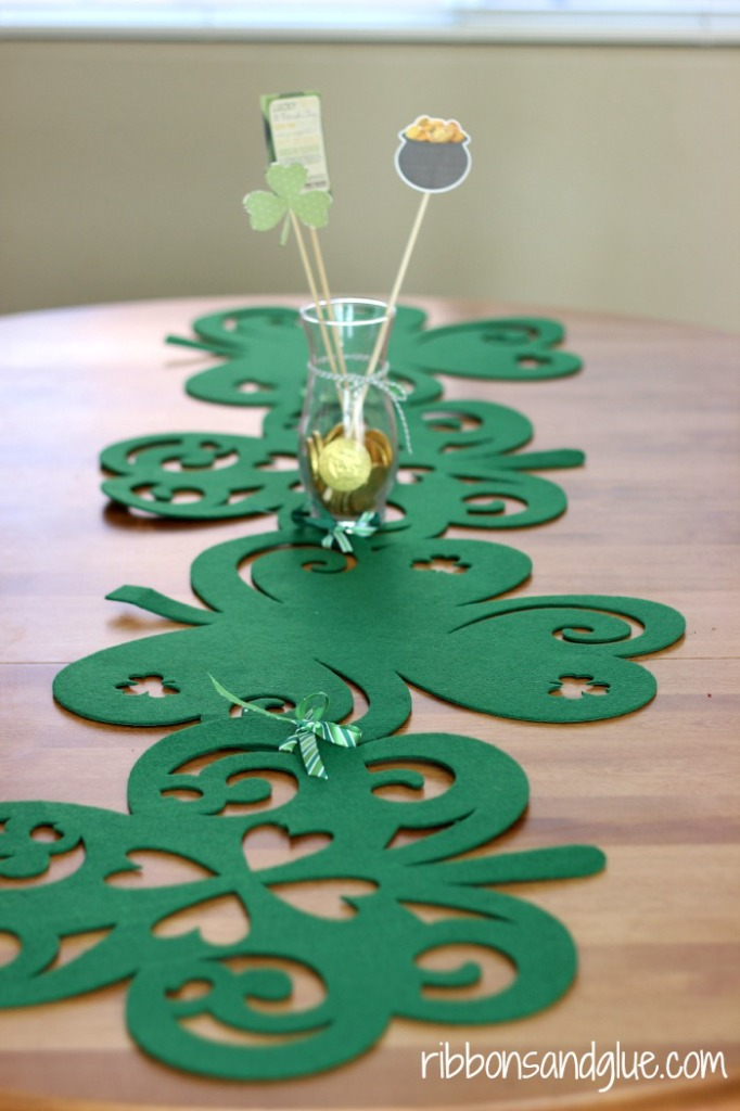 """No Sew"" Shamrock Table Runner for St. Patrick's Day. All you need is from the Dollar store too!"