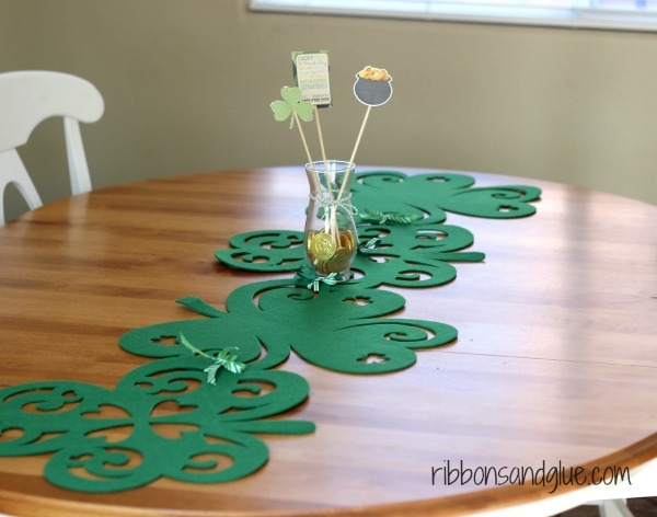 "How to make a ""No Sew"" Shamrock Table Runner for St. Patrick's Day"