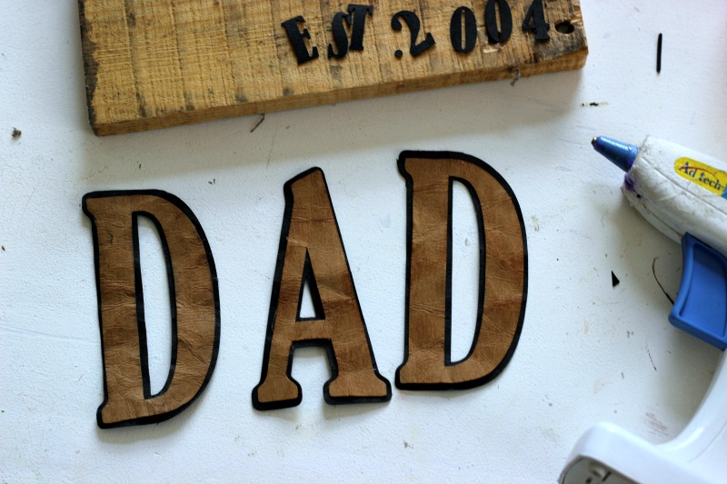 How to make a DIY Pallet Sign for Dad using Faux Leather Paper