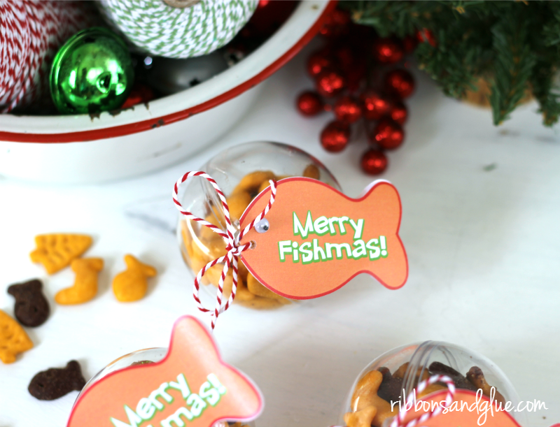 Merry Fishmas Ornament Tag Printable. Fill up plastic ornaments with Goldfish crackers and attach tag. Easy Christmas Kids Craft Idea.