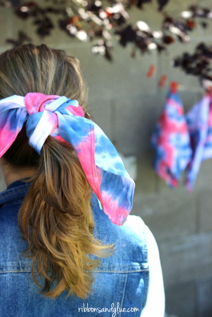 It's easy to create these Tie Dyed Bandannas to show off your patriotic spirit. #ad #IceColdSummerMoments @target